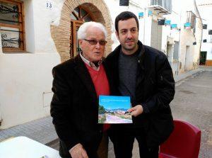 Salva Mateu, l'autor del llibre, i José Miguel García, prologuista, posen amb un dels exemplars presentat.
