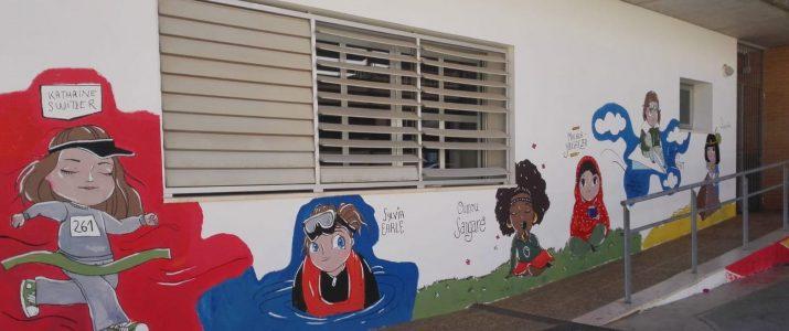 Decoren les parets del pati de l'escola amb murals educatius