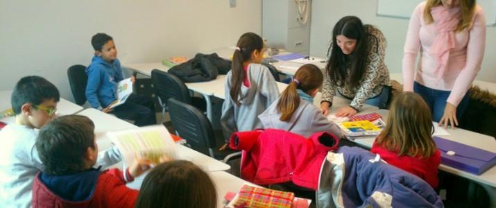 Elsa i Laura fent activitats amb els xiquets i xiquetes participants