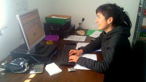 Jove contractada amb el programa Salari Jove