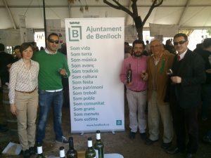 El president de l'IGP Vins de la Terra de Castelló, Ismael Sanjuan, acompanya Benlloch en la presentació de la Mostra al Mesó