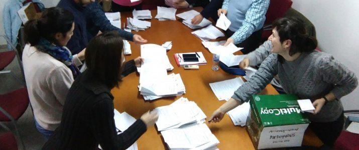 Veïns i veïnes fent recompte dels vots de la consulta sobre pressuposts participatius 2015