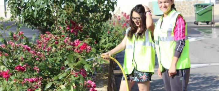 Estudiants en pràctiques de jardineria a Benlloch. Foto cedida per l'Institut de la Vall d'Alba
