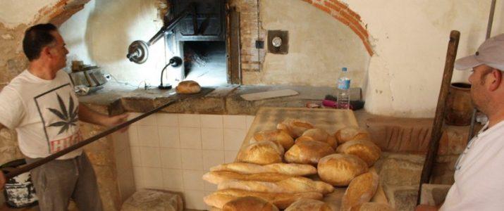 Cocció de pa als forn morú de Ca Pedro