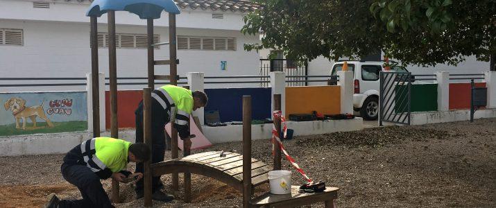 Operaris treballen en la renovació del parc infantil